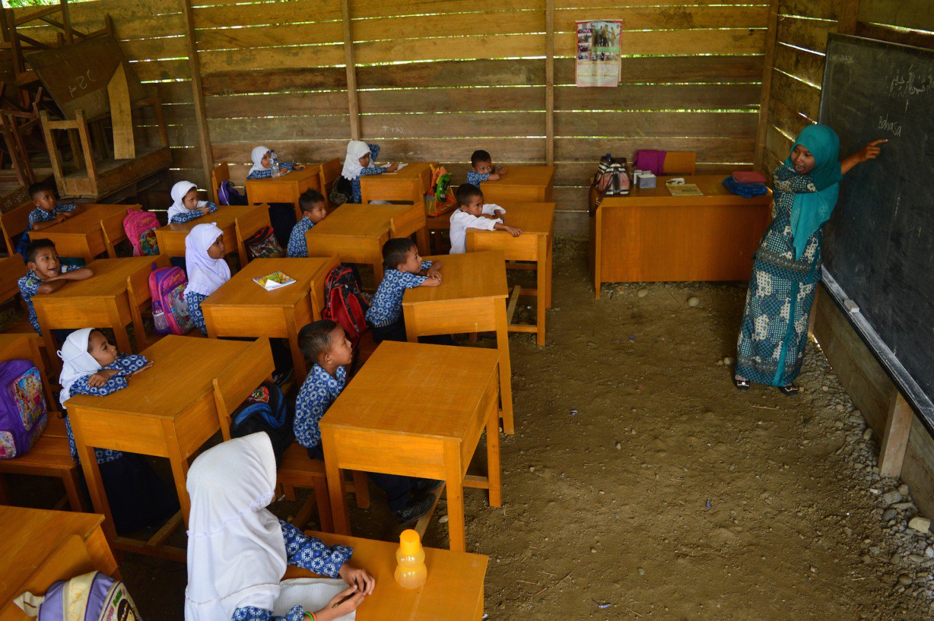A teacher teaches students of the Islamic primary school Madrasah Ibtidaiyah in Babahrot village, Southwest Aceh, on Sept. 29. (Antara/Suprian)